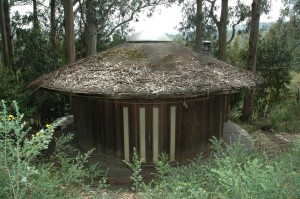 Structure whose form and building technique modeled on traditional water tank.