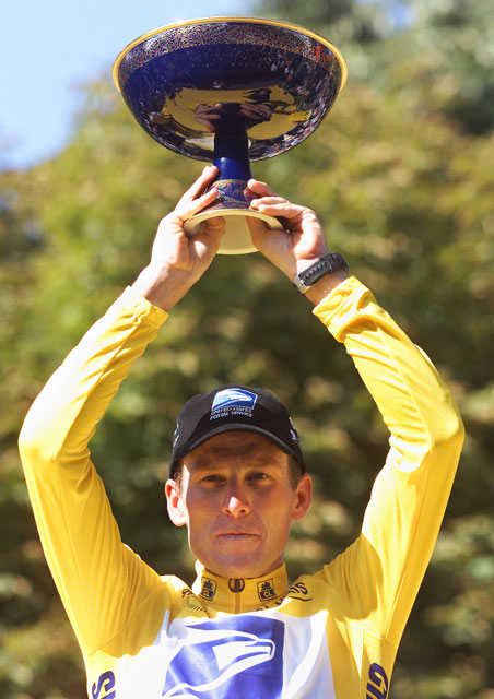 Lance Armstrong raises the Tour de France trophy in 1999. Photo by PATRICK KOVARIK/AFP/Getty Images.