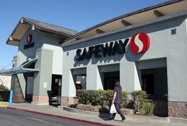 An agreement between Safeway and a key union helped pave the way for plastic bag ban. (Justin Sullivan/Getty Images)