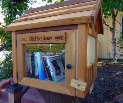 This library is the newest one the author has seen. It went up a couple of months ago on Walnut Street across from the tennis courts at Live Oak Park near Rose Street. (Colleen Neff/Berkeleyside)