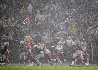 Oakland Raiders and Kansas City Chiefs in action at Oakland Coliseum. (Ezra Shaw/Getty Images)