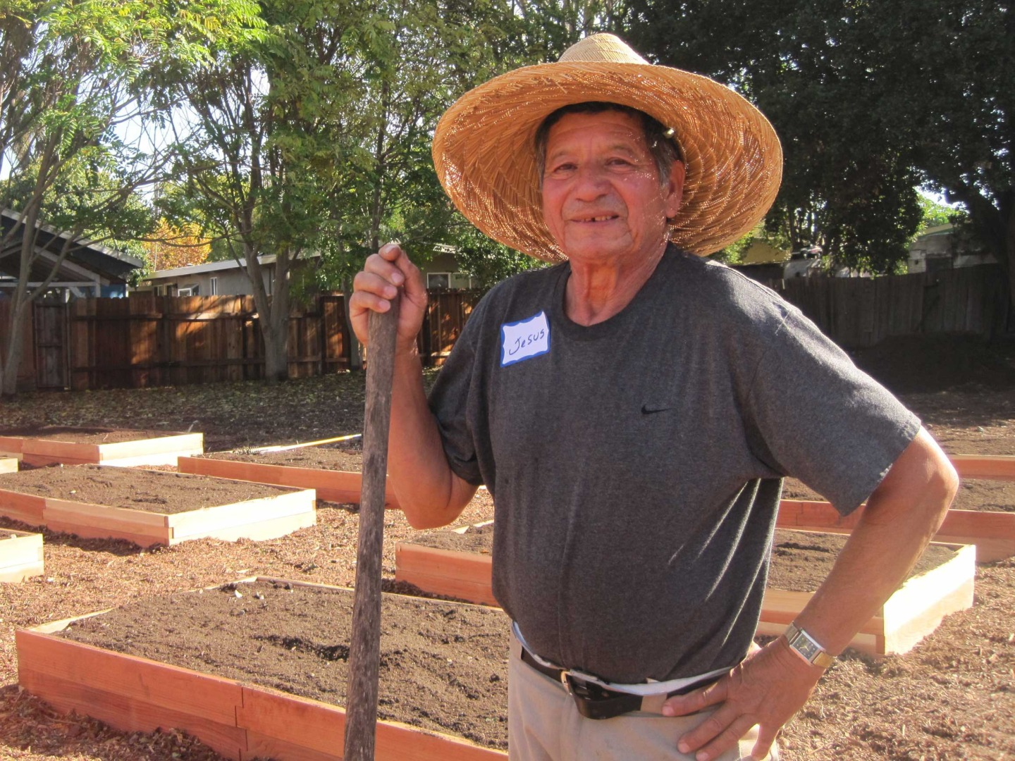 esus Becerra helps build Belle Haven's first community garden on Nov. 8, 2014. The garden opened later in the month, and about 25 families gained access to raised beds and gardening classes on site. (Farida Jhabvala Romero/Peninsula Press)