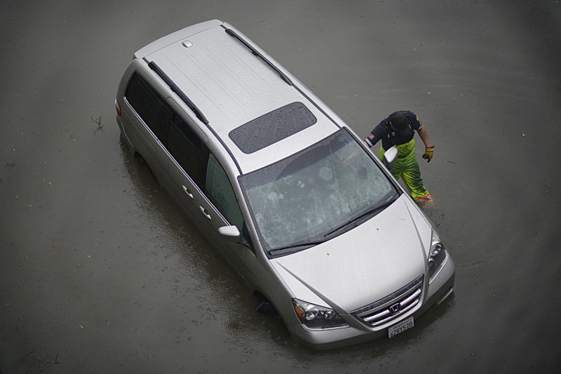 A van stuck in high water on 237 is pulled out by crews in Mountain View, Calif. on Thursday, Dec. 11, 2014. (James Tensuan/KQED)