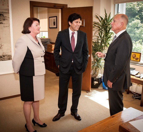 Governor Jerry Brown talks in his office with Assembly Speaker Toni Atkins (left) and Senate President pro Tem Kevin de León after signing the state budget June 24, 2015.