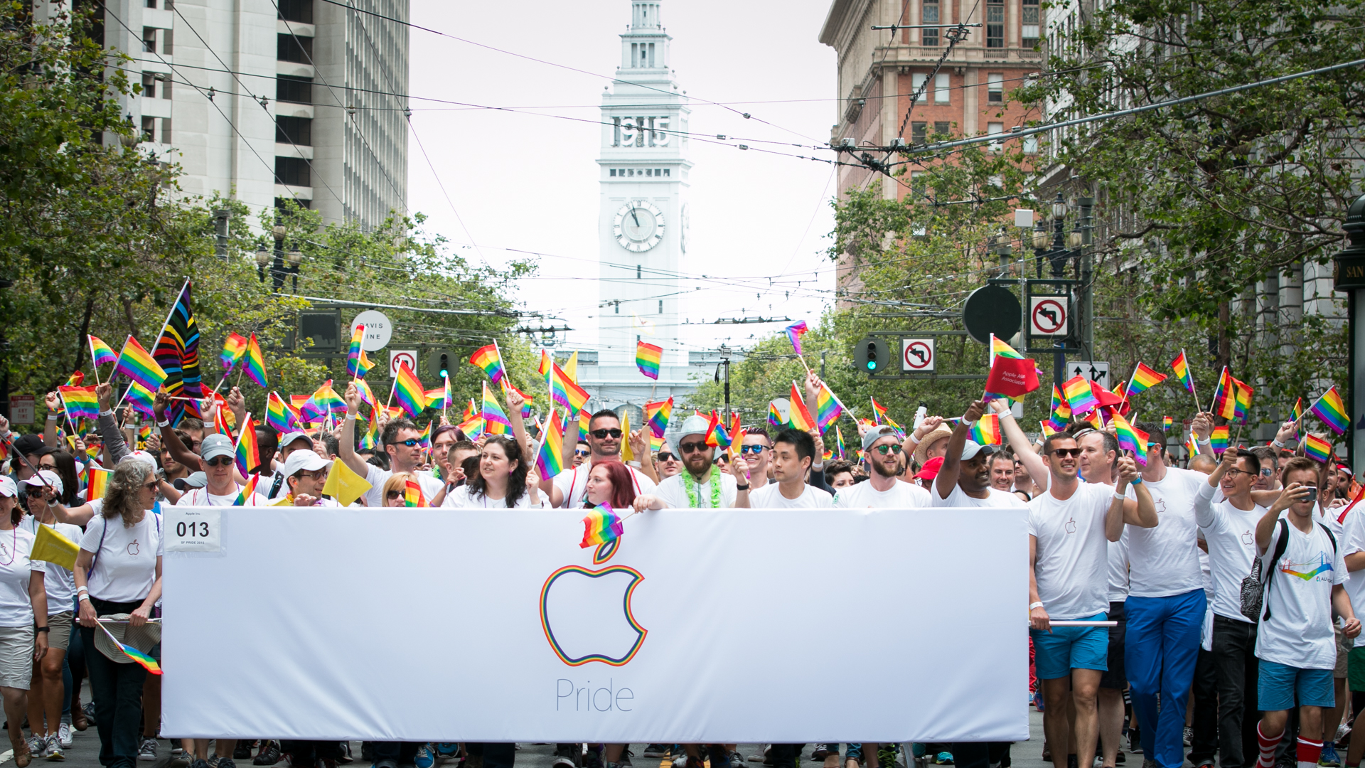 It took about 20 minutes for the entire Apple group to pass by (Jeremy Raff/KQED).