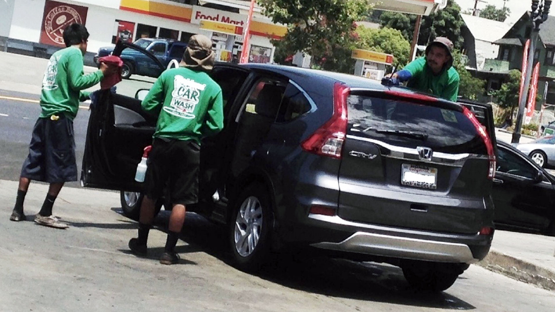 Empleados de lavado de autos y sus defensores están entre los que exigen aplicación estricta de la nueva ley de salario mínimo en Los Ángeles.