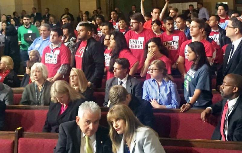 Defensores – en su mayoría – de una propuesta por aumentar el salario mínimo en Los Ángeles a $15 la hora para el 2020 de manera rutinaria atiborran la cámara del Consejo de la Ciudad para presenciar un voto importante.