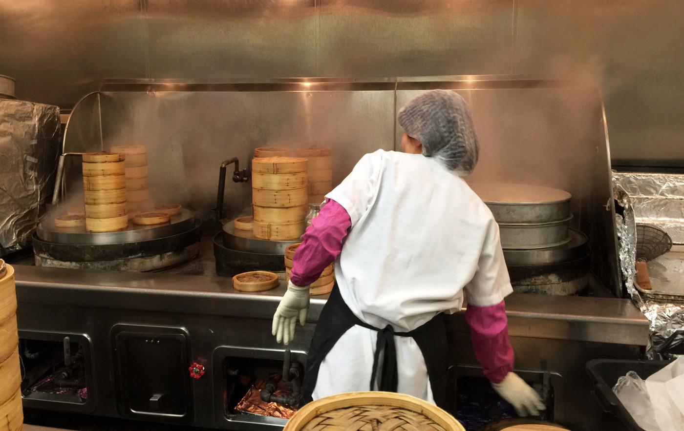Cocineros de preparación en la cocina del restaurante de dim sum Yank Sing, en el distrito financiero de San Francisco. Los trabajadores allí ganaron una compensación de $4 millones por robo salarial en el 2014.