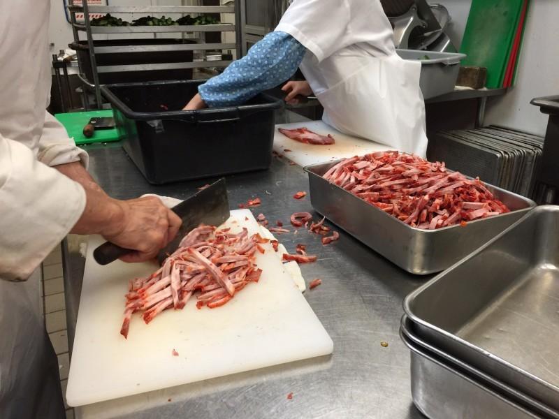 Cocineros de preparación trabajan en la cocina del Yank Sing.