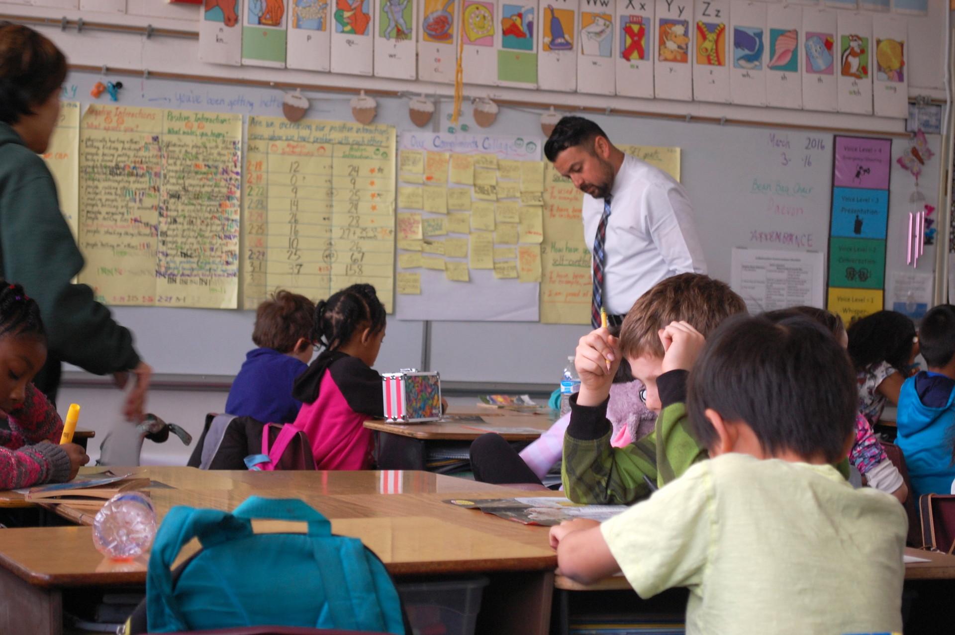 : Oak Ridge Elementary, una vez entre las peores escuelas del estado, ahora es un lucero dentro de un vecindario económicamente deprimido en Sacramento.