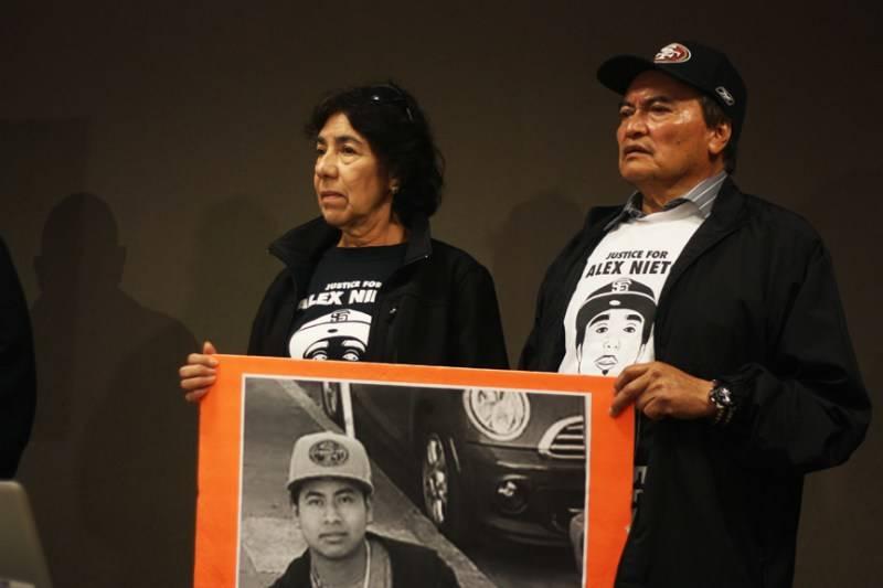 Elvira y Refugio Nieto, cuyo hijo Alejandro Nieto fue fatalmente acribillado por SFPD en marzo de 2014, en una conferencia de prensa el 24 de abril 2015, en la cual el abogado Arnoldo Casillas anunció que una demanda federal de derechos civiles sería entablada en contra del SFPD por la muerte a balazos de Amilcar Perez Lopez.