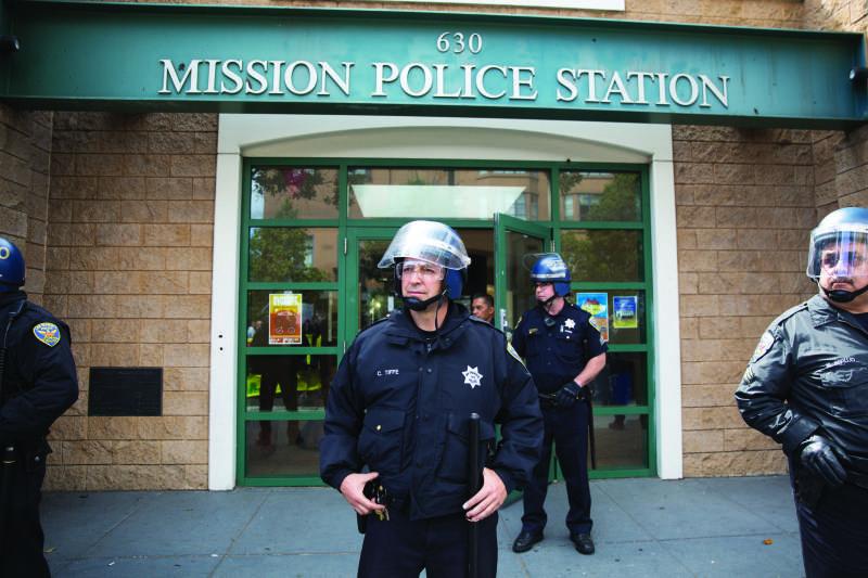 Craig Tiffe, oficial de SFPD durante una protesta fuera de la estación de policía de la Misión el 23 de agosto, 2015.