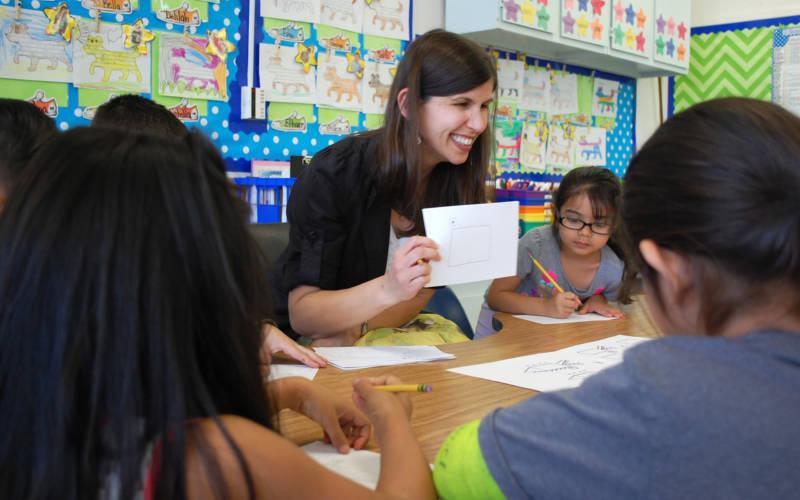 Katherine Craig ha estado dictando un programa especial para los que aprenden el inglés en la escuela primaria de Oak Ridge durante los últimos cinco años. A pesar de haber ayudado a los estudiantes a progresar mucho académicamente, quedará eliminada su posición el año entrante.