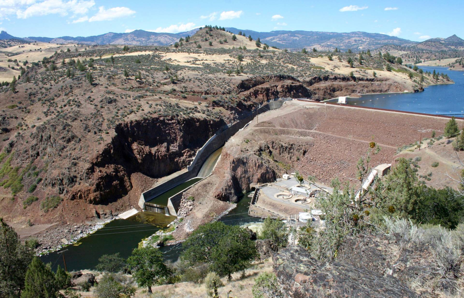 190 miles from the mouth of the Klamath River, Iron Gate Dam is one of four dams that Portland-based hydroelectric producer PacifiCorp is seeking to decommission and remove. PacifiCorp wants to transfer responsibility for the dam to a nonprofit company, which would spend $290 million on removing the dams, beginning in 2020.