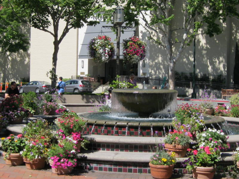 A fountain at Broadway Plaza shopping center in Walnut Creek, CA.