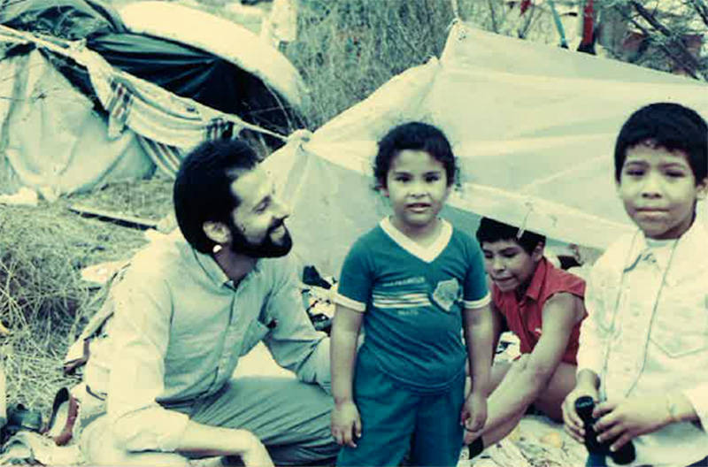 Rubin in Brownsville, Texas with Central American refugees in 1989. A federal judge granted a temporary restraining order allowing refugees to leave Texas and reunite with family elsewhere in U.S.