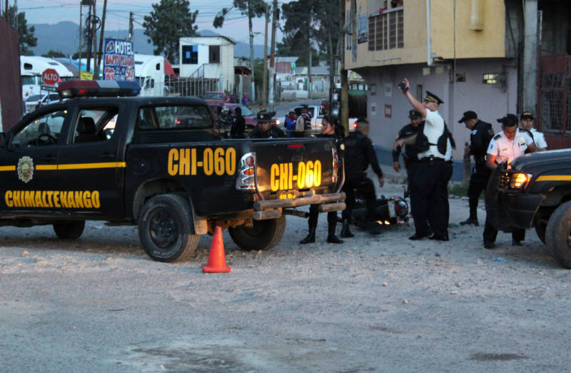 Police in Chimaltenango killed two men on a motorcycle they said were assassins hired by a local drug cartel.