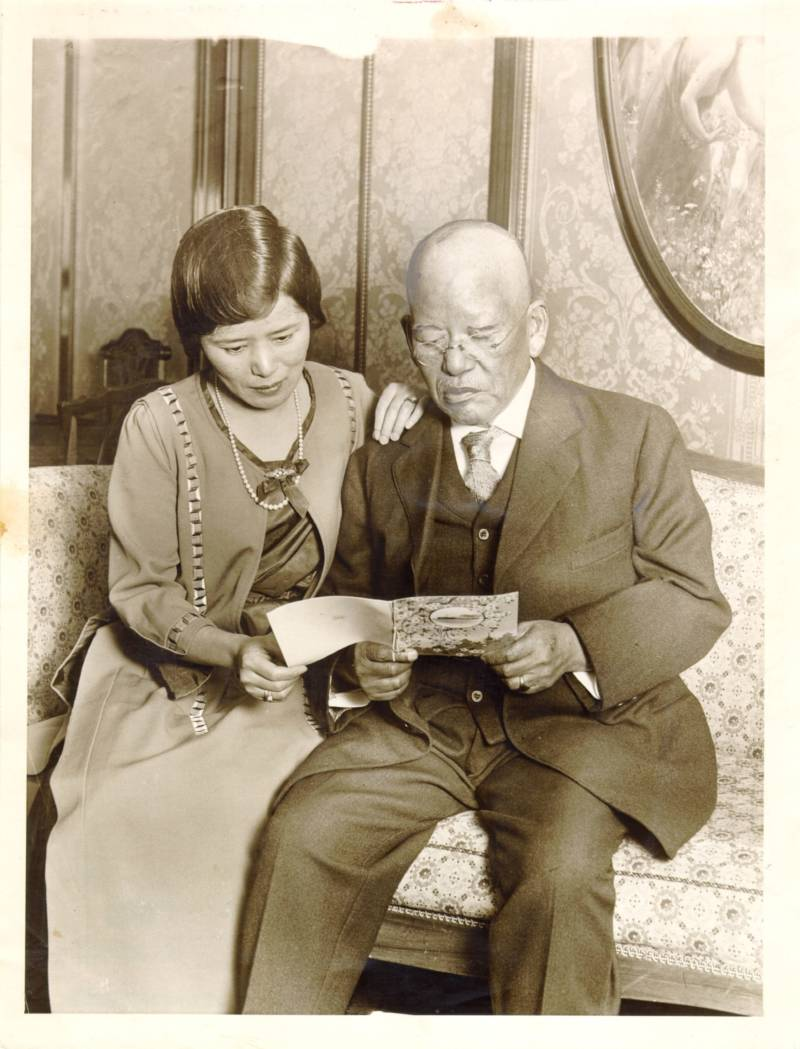 Makoto Hagiwara and his daughter in 1924.