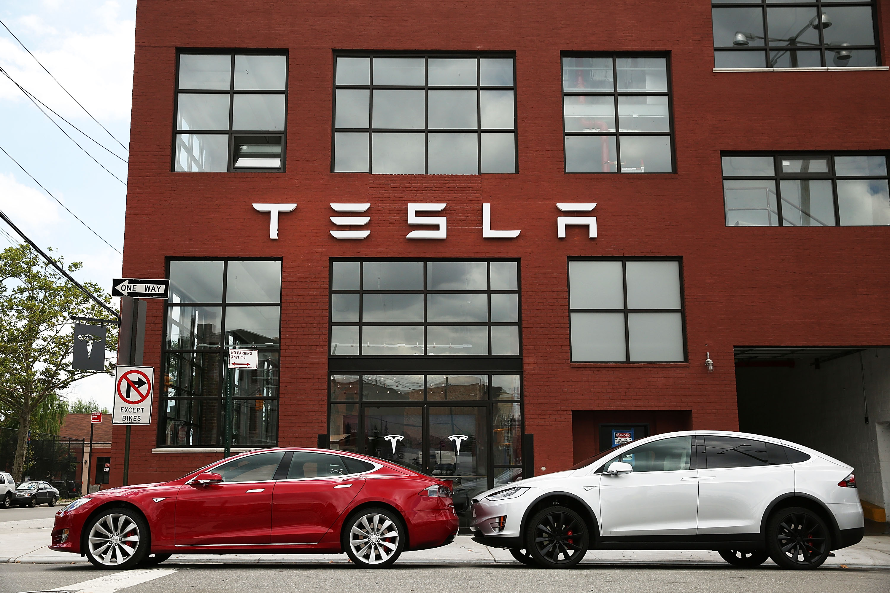 Federal Agency Looks Into Complaints of Sudden Acceleration in Three Tesla Models