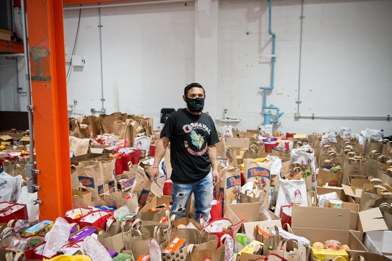 El Mission Food Hub logró que el USDA donara 1,400 cajas de frutas y verduras cada semana. Sin embargo, el esfuerzo consiste no solamente en proporcionar alimento a las familias, sino en dedicar el tiempo requerido para saber qué productos se necesitan o prefieren.