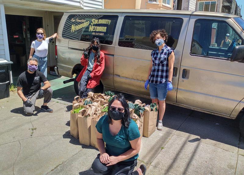 SF Neighbors Solidarity Network hace el esfuerzo de entregar comida saludable y orgánica, en conjunto con otros recursos como cubrebocas y gel antibacterial a adultos mayores y personas sin hogar en San Francisco.