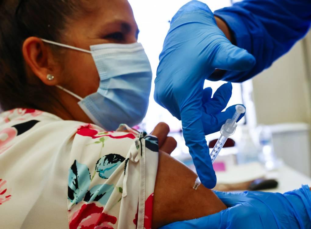 Una mujer recibe una dosis de la vacuna contra COVID-19 el 30 de marzo del 2021.