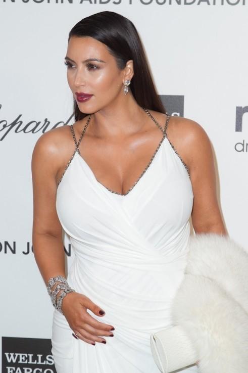 Kim-Kardashian-Elton-John-Oscars-Party-Donna-Karen-012-491x738