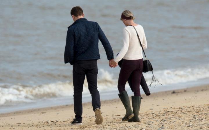 101803936_Taylor-Swift-Tom-Hiddleston-beach-NEWS-large_trans++gsaO8O78rhmZrDxTlQBjdGcv5yZLmao6LolmWYJrXns