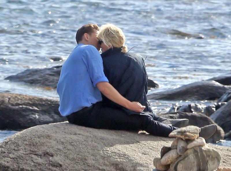 rs_1024x759-160618144035-1024.Tom-Hiddleston-Taylor-Swift-Beach-kiss.tt.061816