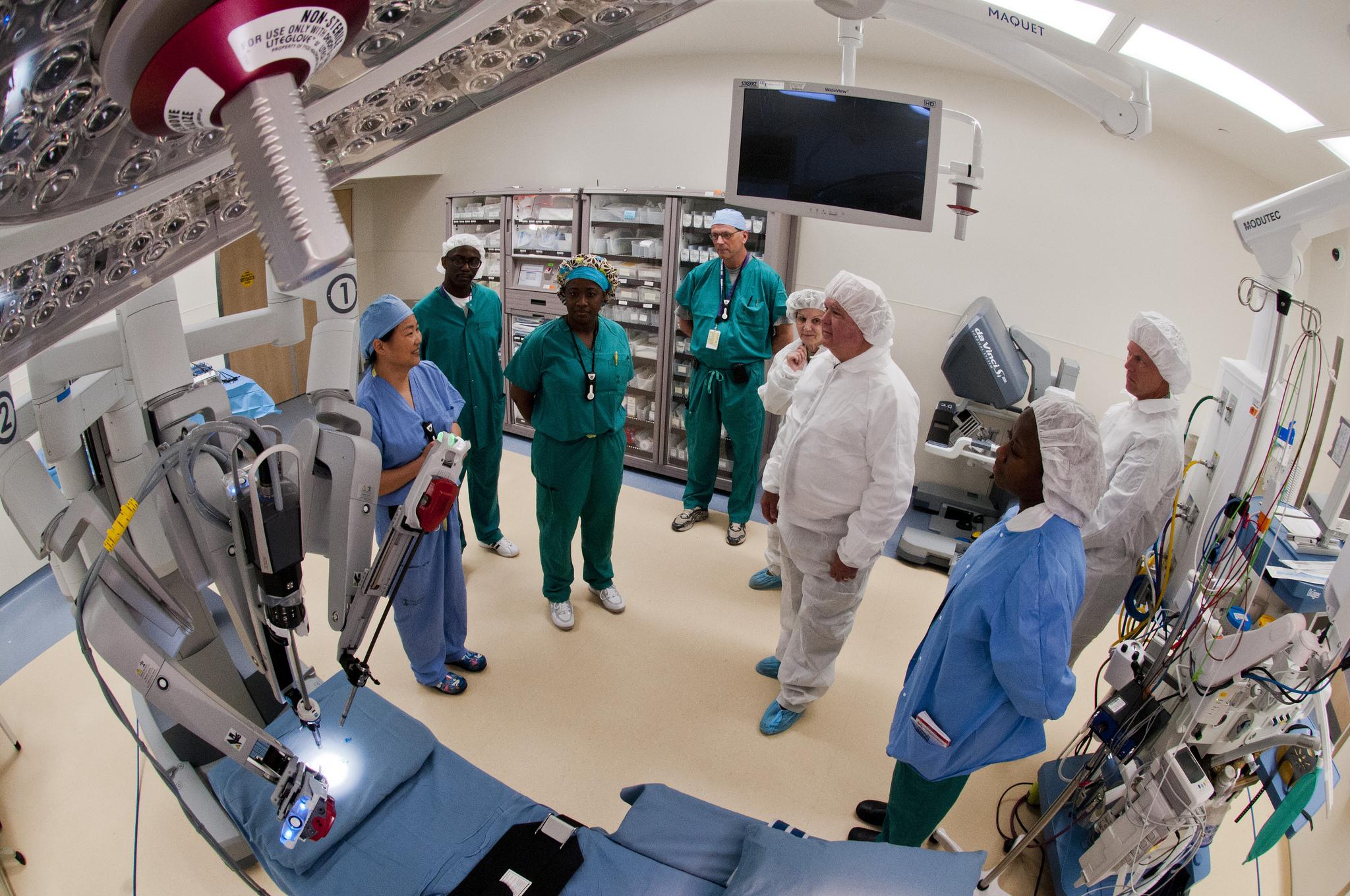 Doctors and nurses using da Vinci Surgical System.