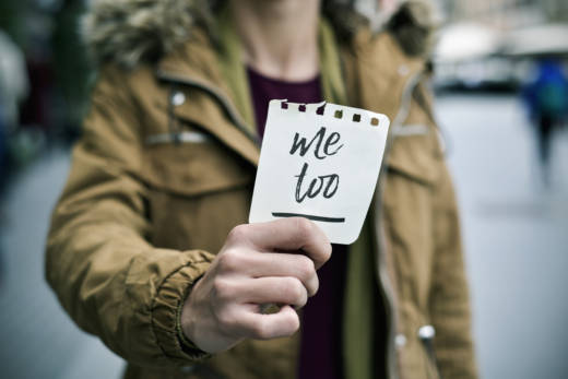 Woman showing a note with the text me too - Stock image