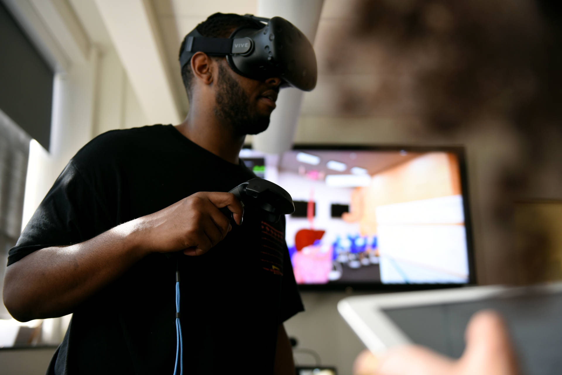 Eric Smith, a medical student at UC San Francisco uses virtual reality to study the digestive system aided by Sheyda Aboii, a fellow student. Lauren Hanussak/KQED