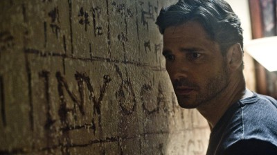 Based on the accounts given by a former NYPD sergeant, Deliver Us From Evil follows Ralph Sarchie, a New York police officer played by Eric Bana, as he investigates unexplainable crimes.