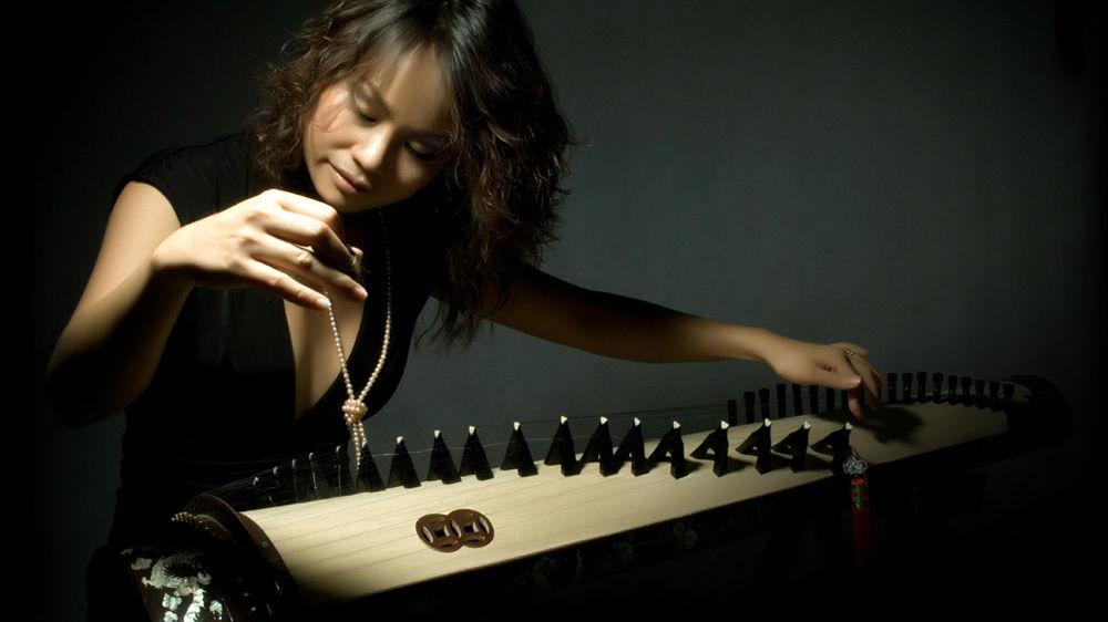 Vân-Ánh Võ playing the đàn tranh