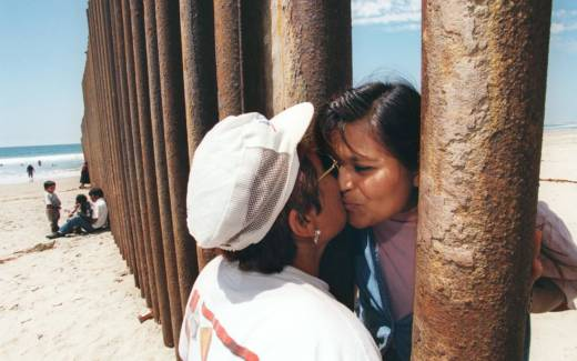 Esther Pereyra Rubalcaba (L) kisses her daughter Patricia through the wall separating the US and the Mexican territories in Tijuana, Mexico, on August 19, 1997.