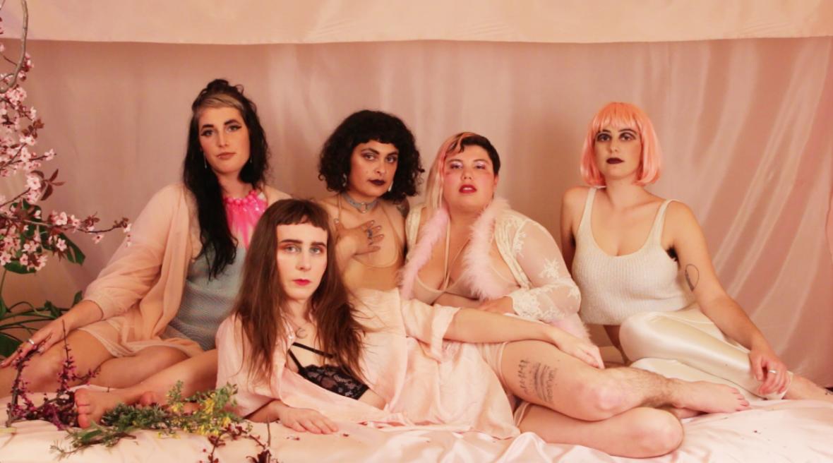 Alli Yates (center) with collaborators (L–R: Claire Costello, Maria Lobo, Satya Vinaver, Zora Raskin) in a forthcoming Collander music video by Ariel Appel.  Ariel Appel