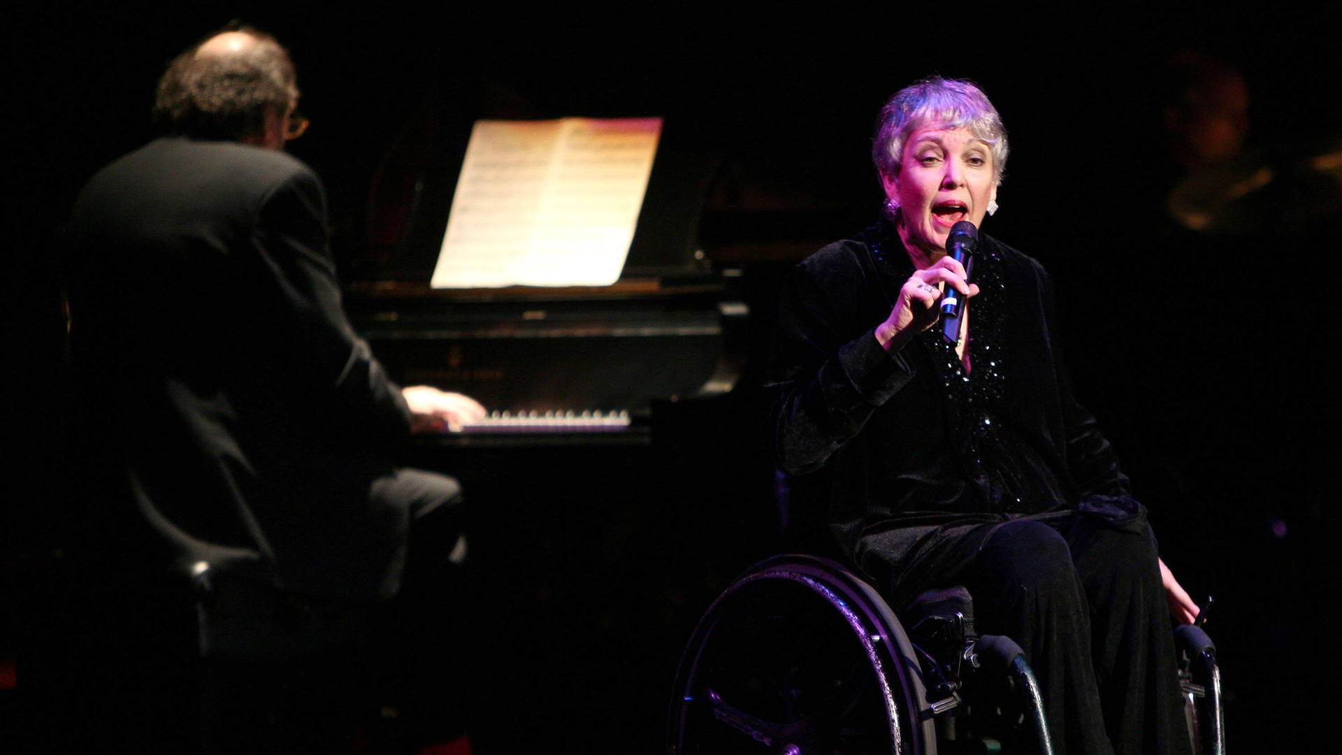 Wesla Whitfield performs at the Actor's Fund S.T.A.G.E. Too Tribute: Hooray For Love celebrating the music of Harold Arlen on November 12, 2005 in Los Angeles, California.   Photo: David Livingston/Getty Images