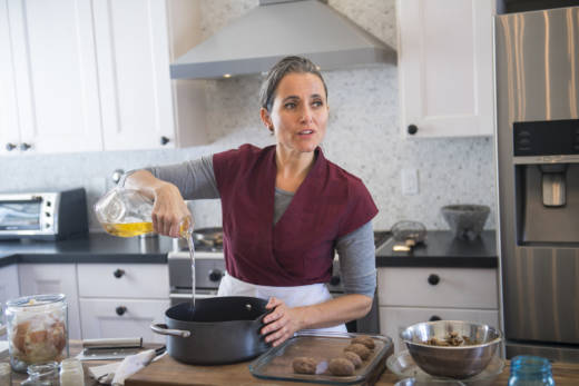 In Oh My Sweet Land, Nora El Samahy plays a Syrian-German woman who relates the story of her affair with a Syrian refugee while she cooks kibbeh. The play is touring San Francisco Bay Area kitchens, restaurants and community spaces.