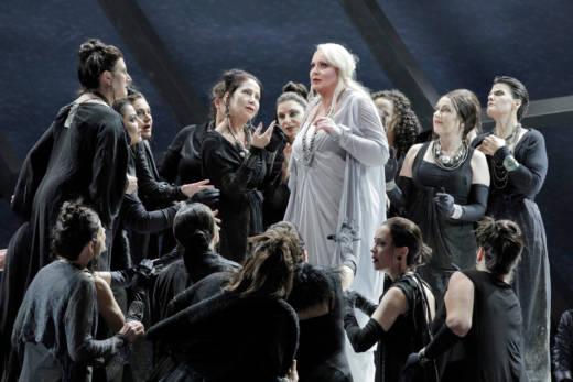 Iréne Theorin as Brünnhilde with members of the San Franciso Opera Chorus in Wagner's 'Götterdämmerung.'