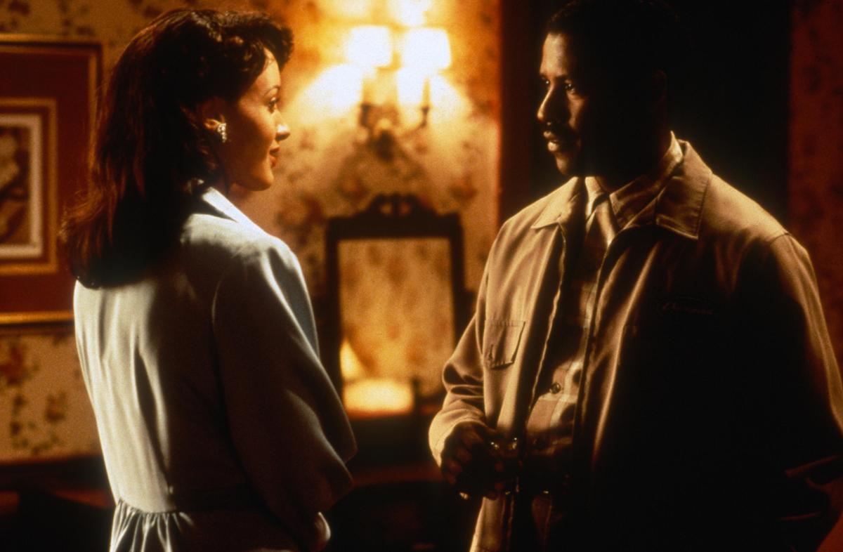Jennifer Beals and Denzel Washington in 'Devil in a Blue Dress,' 1995.