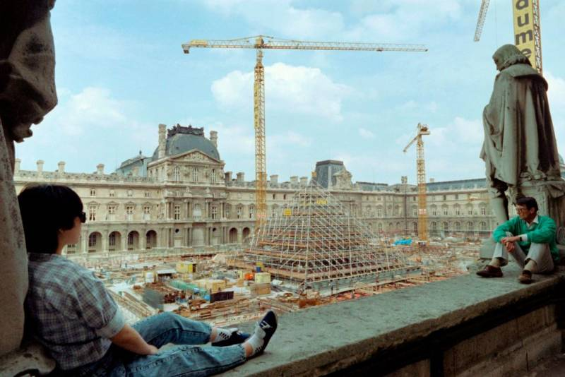 Photo taken on August 7, 1987 shows the Louvre Pyramid under construction, designed by Chinese-American architect I.M. Pei , in the main courtyard (Cour Napoléon) of the Louvre Palace (Palais du Louvre) in Paris.