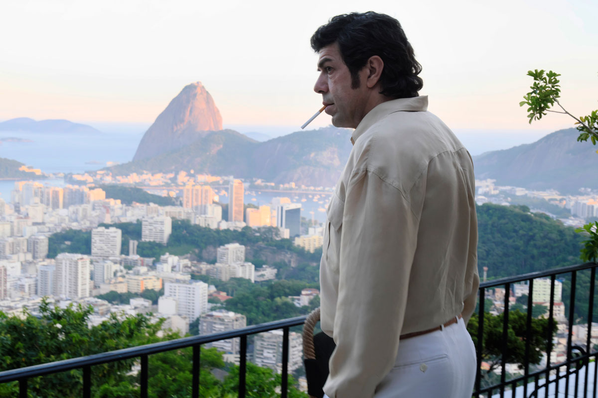 Pierfrancesco Favino plays Tommaso Buscetta looking out from his Brazilian home with a cigarette dangling from his lips.