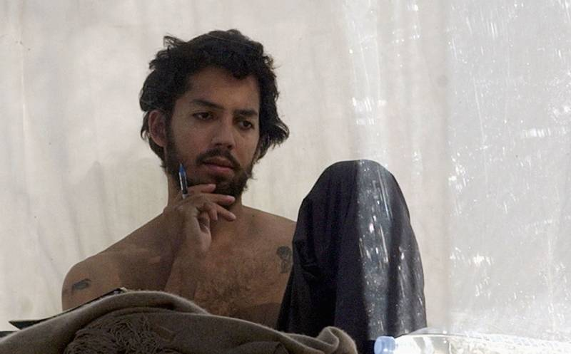 David Blaine ponders his decision to live in a box above London for 44 days, 2003.