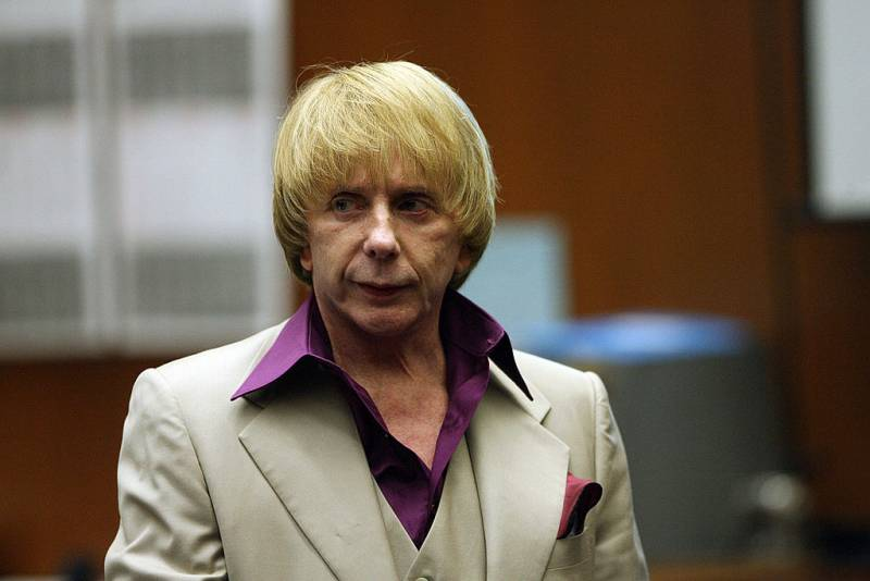 Music producer Phil Spector leaves the courtroom during a break on the first day of opening statements in his murder trial, 25 April 2007 at Los Angeles Superior Court in Los Angeles, California.