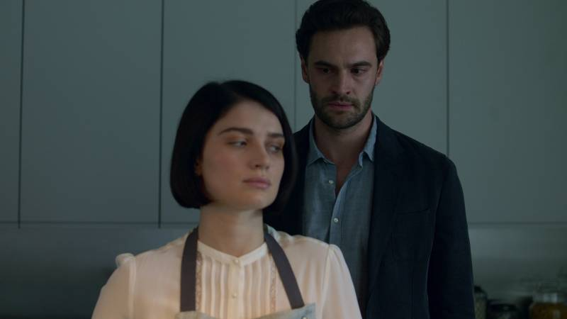 Tom Bateman and Eve Hewson playing a couple whose marriage is not what it seems in 'Behind Her Eyes.'