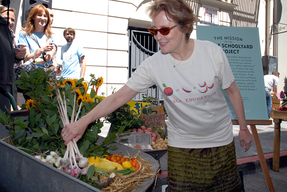 Alice Waters picking garlic from ESY wheelbarrow. Photo by Wendy Goodfriend