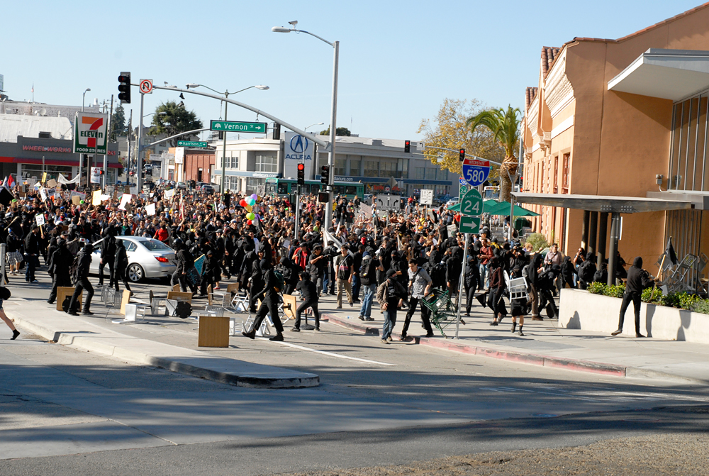 The massive crowd of protesters at Whole Food in Oakland during the General Strike