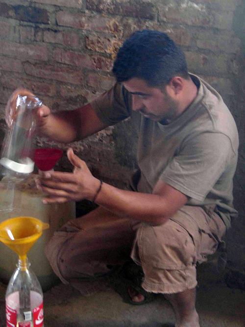 Palenquero Chucho Sanchez making a blend.  Photo: Susan Coss