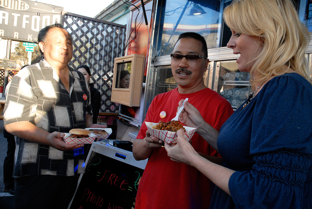 Check, Please! host Leslie Sbrocco tasting Smokin Warehouse Barbecue at SoMa StrEat Food Park KQED event. Photo: Wendy Goodfriend