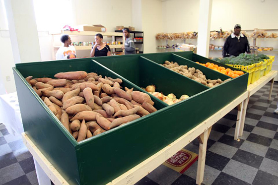 Food bank clients at the Oakland Food Pantry report a preference for choosing the types of produce they take home to cook. Photo: ACCFB
